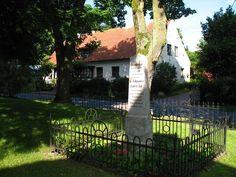 Obok kościoła – pamiątkowy kamień ku czi Jana Goerke, syna pastora, lekarza urodzonego w Sorkwitach w 1750 roku założyciela służby zdrowia w wojsku pruskim. Zmarł w 1822 roku w Sanssouci.  www.it.mragowo.pl