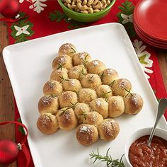 Christmas Tree Pull-Apart Pizza Bites: A pull-apart appetizer recipe with mozzarella and pepperoni stuffed inside pizza crust dough and served with seasoned tomato sauce for dipping Christmas Party Food, Christmas Appetizers, Christmas Treats, Christmas Baking, Christmas Pizza, Christmas Cheese, Christmas Apps, Christmas Eve, Appetizers For Kids