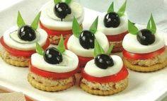 2. Существуют также варианты, как приготовить канапе на день рождения без хлеба. В таком случае можно использовать крекеры, например. На него тонким слоем намазать паштет (рыбный или печеночной) и дополнить канапе ломтиком помидора и яйца. Украсить закуску можно оливкой и свежей зеленью.