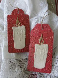 svíčka Jmenovky na dárky vyřezané z embosované čtvrtky. Vel. 5 x 11 cm. Patinováno zlatou barvou. Cena za 2 kusy.