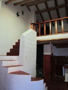 Unas rústicas escaleras nos llevan al segundo nivel del duplex