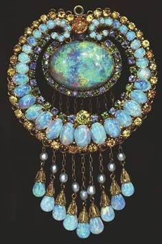Louis Comfort Tiffany - Indian-style Pendant (Australian opals topaz crysoberyl gold green andradite demantoid garnets sapphires and pearls American Museum of Natural History. Tiffany Jewelry, Opal Jewelry, Jewelry Art, Antique Jewelry, Vintage Jewelry, Fine Jewelry, Jewelry Design, Jewlery, Tiffany Necklace