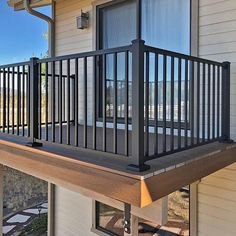 25 Well Designed Deck Railing Ideas for your Beautiful Porch and Patio Metal Deck Railing, Patio Railing, Balcony Railing Design, Pergola, Staircase Railings, Railing Ideas, Porch Railing Kits, Garden Railings, Glass Railing