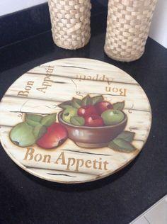 Tábua giratória para frios ou frutas , para mesa , acompanha o vidro , feita em madeira de MDF , pintada à mão e decoupagem, e verniz de acabamento.  O valor é o produto mais o frete.