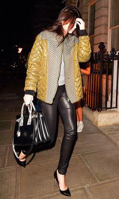 A it-bag da modelo Kendall Jenner é preta com detalhes de cobra.