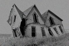 那是一棟傾倒的房子