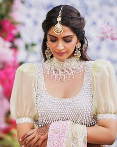 32 Ideas for indian bridal hairstyles bollywood sonam kapoor - - New Blouse Designs, Stylish Blouse Design, Saree Blouse Designs, Blouse Styles, Indian Dresses, Indian Outfits, Tikka Hairstyle, Sonam Kapoor Hairstyles, Saris