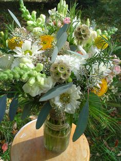 October- a neutral bouquet with some peach and yellow mixed in