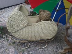 verkaufe schönen alten Kinderwagen - Korbkinderwagender muss wieder etwas hergerichtet werden,hat aber seinen Charme der 60er JahreDieses Angebot ist nur der Kinderwagen - der Teddy kann extra erworben werden. Der Schirm ist nur als Sonnenschutz angebracht - gehört nicht dazu.Masse ca. Höhe 60cm   Plane, die kann auch abgemacht werden, ist starrWagenkorpus ist ca. 95cm x 45cm - war ein KinderwagenNur an Selbstabholer - kein VersandTermin vereinbaren !Sehen Sie auch meine weiteren Angebote…