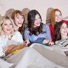 Ellas aman juntarse a ver su serie preferida . ¿Cuál será? #FueraDeSerie #SoyLuna