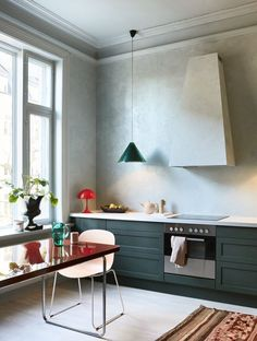 Kitchen Interior Design The Design Files - A New Take On Scandi Style - Photo – Margaret de Lange. - We've been doing 'Scandinavian Style' all wrong! Don't worry, our interiors columnist Lauren Li outlines a fresh 'Warm Nordic' approach. Home Decor Kitchen, Interior Design Kitchen, Home Kitchens, Kitchen Modern, Kitchen Industrial, Scandinavian Kitchen, Kitchen Lamps, Kitchen Ideas, Scandinavian Style