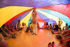 Tijdens de Kliederkerk viering rondom Pinksteren kan je een parachute inzetten om het verhaal met elkaar uit te beelden. Hoe? Lees verder!