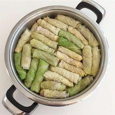 Kis yemekleri dediysek lahana sarmasida dahil buna olmazsa olmaz lardan bizim evde... MALZEMELER: 1 tane orta boy kivircik lahana (Wirsing) 200 gr kiyma 2 tane kuru sogan 2 bardak pirinc 1 bardak bulgur yarim demet maydonoz 2 yemek kasigi salca tuz,karabiber,kirmizi biber,pulbiber,sebzeli cesni yeterince siviyag YAPILISI:Öncelikle kivircik lahana yapraklara ayrilir ve yikanir ardindan tuzlu kaynayan suda bir kac dakika yani yumusayincaya dek haslanir ve cikarilip bir kaba alinir o sogurken…