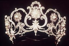 A tiara drawn by Musy, Queen Margherita gave it to her nephew Umberto II, who gave it to Maria Josè, on the wedding day (January 8th, 1930).