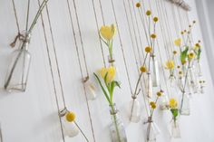 Wall decor - Hanging flowers in glass bottles Hanging Jars, Diy Hanging, Bud Vases, Flower Vases, Wall Vases, Flower Bottle, Flower Pots, Flower Arrangements, Glass Bottles