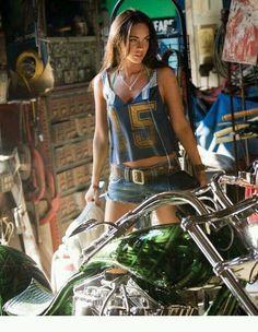 Megan fox with a Harley Megan Fox Sexy, Megan Fox Style, Lady Biker, Biker Girl, Moto Vespa, Motorbike Girl, Motorcycle Gear, Hot Bikes, Street Bikes