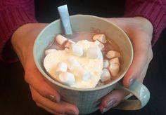 Lite slår en deilig kopp med varm kakao på kalde dager. Ekstra søtt blir det om du topper den med et kremhjerte. Her får du oppskriften! Fondue, Icing, Ice Cream, Valentines, Cheese, Ethnic Recipes, Desserts, No Churn Ice Cream, Valentine's Day Diy