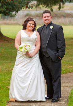 A-Linie Brautkleid mit leichter Raffung an der Seite. © Depositphotos.com/joshuarainey #brautkleid #weddingdress #brautpaar