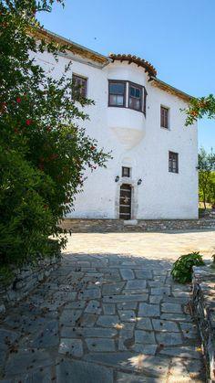 Trikeri Ancient Greek Theatre, Roman Roads, Destinations, Ancient Ruins, Architecture Old, Medieval Castle, Thessaloniki, Victorian Homes, Traditional House