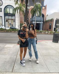 """858 Me gusta, 28 comentarios - Blake Healey 👋🏼🖤 (@blakehealey) en Instagram: """"These photos make me crack up bc these poses were not planned or talked about before the pics 😂👯…"""""""