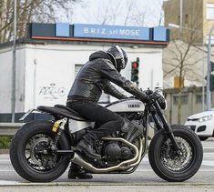 Another view of the killer Yamaha 'Speed Iron' by Moto di Ferro of Venice, Italy. Yamaha Cafe Racer, Cafe Bike, Yamaha Motorcycles, Cafe Racer Motorcycle, Moto Bike, Custom Motorcycles, Custom Bikes, Yamaha Bolt Custom, Brat Bike