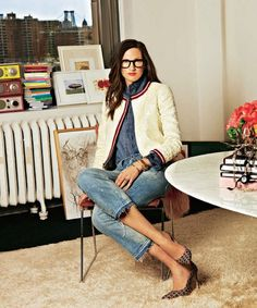 Fashion Icon & Creative Director of J Crew - Jenna Lyons - looks casual chic in her office while pairing pumps, denim and a pair of bold spectacles. Love Her Style, Looks Style, Style Me, Tweed Chanel, Chanel Jacket, Jenna Lyons, Looks Jeans, Parisienne Chic, Street Style Blog