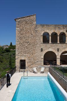 Grand soleil sur la Provence, c'est le moment d'aller profiter de la piscine de l'hôtel de la Bastide de Gordes ! Spa Luxe, Restaurants, Provence Style, Vanuatu, Moment, Colours, Living Room, Outdoor Decor, House
