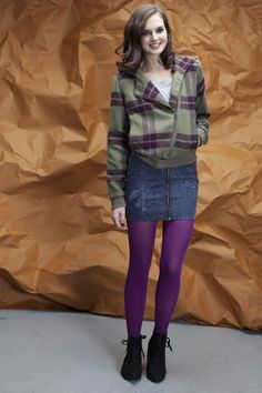 Colored Tights Outfit, Purple Tights, Fashion Tights, Cozy Fashion, Girl Fashion, Winter Skirt Outfit, Skirt Outfits, Nylons, Cool Tights