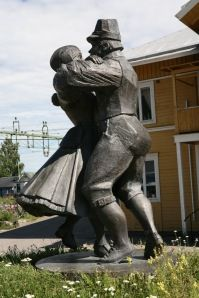 Jarvsjö train station - dancers !  I have been here !!!! and danced close by in this style !