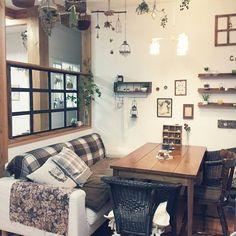 女性で、のセリアのフレームで窓枠風/DIY/ダイニング/カフェ風/キッチンについてのインテリア実例を紹介。「リビングとダイニングの間、窓枠やっと完成しました♡」(この写真は 2015-01-30 07:27:04 に共有されました)