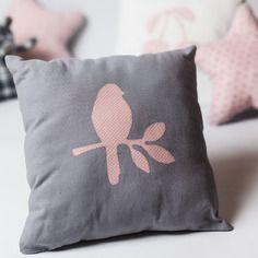 Petit coussin coton gris et motif oiseau rose à pois blancs pour la chambre de bébé