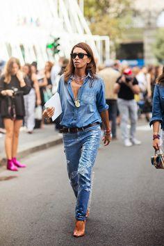Os jeans com aplicação de fios metalizados e paetê têm aparecido em modelagens mais confortáveis de calças e jaquetas. A novidade fica por conta do contraste entre os sofisticados brilhos e o efeito detonado de rasgos e puídos. #FocusOnJeans #FocusTêxtil
