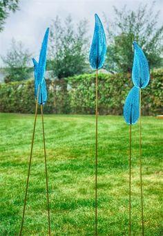 1354 Tuinpinnen : Blad/veer  met kleine belletjes op een messing pin van 1 meter lang