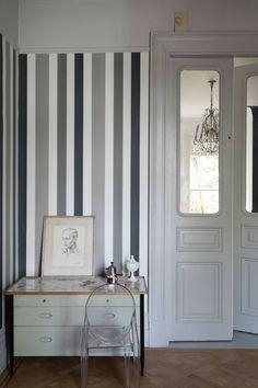 How to decorate a hallway farrow ball monochrome stripes decorate hallway nook Farrow Ball, Farrow And Ball Paint, Hallway Wallpaper, Of Wallpaper, Wallpaper Patterns, Wallpaper Ideas, Striped Hallway, Dark Hallway, Entry Hallway