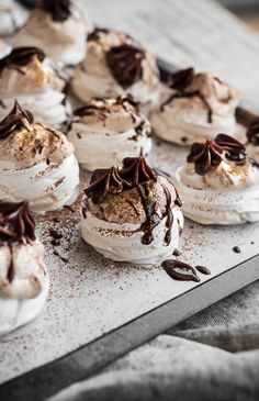 Mini Pavlova with Hazelnut Cream and Chocolate Bite Size Desserts, Köstliche Desserts, Delicious Desserts, Dessert Recipes, Yummy Food, Plated Desserts, Elegant Desserts, Picnic Recipes, Picnic Ideas