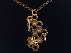 Who loves this golden 3D printed necklace inspired by bees? Design by #landestroyer  #marketplace #3dprinting #3dprintingthreeate #3dprint #3dprints #3dprinted #3d  #3dmodel #3dmodels #printable3dmodels  #designer #3ddesigner #3ddesigners #3dstudio #3dprintingstudio #3dprintingservice #3dprintingservices #3dprintingshop #3dprintinglife #3dprintingindustry #3dprintingexperience #dutch #ootd #fashion #gold #necklace #honey #bee #bees by threeate