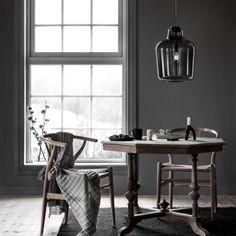 Northern Lightningin suupuhalletusta lasista valmistettu kattovalaisin henkii skandinaavista tyyliä. Sisustuksessa käytetyt tuotteet: Northern Lightning Say my name -kattovalaisin