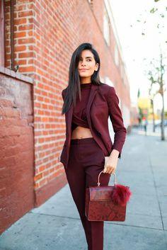 Look all Burgundy com cropped, calça alfaiataria e blazer.