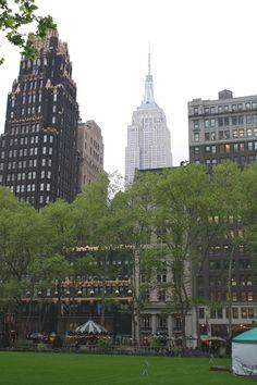 Desde Bryan Park, a la izquierda el American Radiator, desde 2001 el Bryant Park Hotel y al fondo el Empire State Building