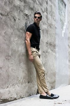 Tan-chinos-paired-with-black-polo.jpg (564×845)