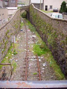 Blaenau Ffestiniog, North Wales - The disused Railway Line to Trawsfynydd (originally the Blaenau Ffestiniog-Bala Line). Abandoned Train Station, Old Train Station, Uk Rail, Heritage Railway, Disused Stations, Steam Railway, Bonde, British Rail, Old Trains