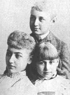 "Abraham Lincoln II (top), with his sisters Mary ""Mamie"" Lincoln (left) and Jessie Harlan Lincoln (right) in 1889"