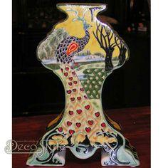 Plateel Vaas Pauw Rozenburg Motief  Prachtige vaas met een afbeelding van een pauw. De afbeelding is in relief op de vaas gebakken. Een sieraad voor in uw huis. Materiaal: Keramiek/ Plateel Afmetingen: Hoogte: 25 cm Breedte: 18 cm Diepte: 6 cm