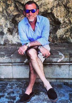 【夏】ブルーシャツ×チノショーツ×黒エスパドリーユの着こなし(メンズ)   Italy Web