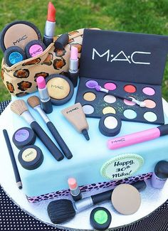 Make-up cake design! Make Up Torte, Make Up Cake, Love Cake, Pretty Cakes, Cute Cakes, Beautiful Cakes, Amazing Cakes, Sweet 16 Cakes, Beautiful Boys
