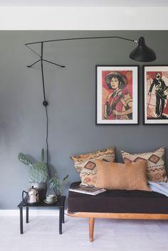 Fantastisk funkis i feminin stil White Wall Paint, White Walls, Sofa Design, Söderhamn Sofa, Design Online Shop, Gravity Home, Outdoor Carpet, Interior Decorating, Interior Design
