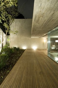 Image 14 of 24 from gallery of Chimney House / Marcio Kogan. Photograph by Reinaldo Coser + Gabriel Arantes Residential Architecture, Interior Architecture, Futuristic Architecture, Exterior Design, Interior And Exterior, Concrete Ceiling, Wooden Patios, External Lighting, Building A Deck