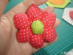C de Cici: PAP - Peso para Porta: Florzinhas Material Flowers, Fabric Flowers, Door Stop, Pin Cushions, Flower Vases, Diy And Crafts, Sewing Projects, Quilts, Cow Craft