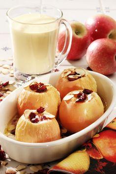 Å bake epler i ovnen til dessert er nesten noe av det beste som finnes. Fyllet kan varieres i det uendelige, men prøv vårt forslag med rosiner, tranebær og kanel. Vaniljesausen setter prikken over i'en.