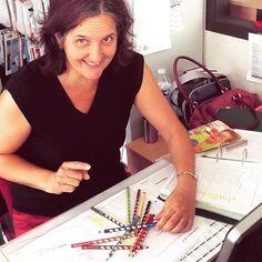 Fred à la compta  qui découvre les crayons easy special gaucher, et en fait son mikado!